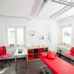 Therapiezimmer mit Massageliege